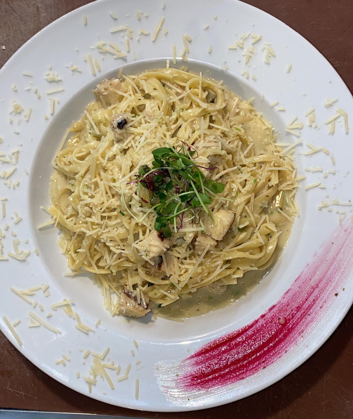 Fetuccini alfredo con pollo o camarones